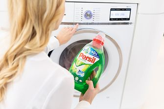 At our research facility in Trumbull, Connecticut, USA, Jens-Martin Schwärzler (2nd from right), President Henkel Consumer Goods in North America, discusses the innovations in our joint portfolio with Bibie Wu, Marketing, Head of Laundry Conditioners and Home Care, and Charles Crawford, Ph. D. (left), Vice President Product Development. Right: Senior scientist Michael Crisanti.